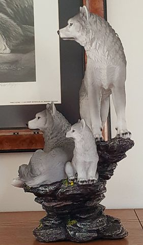 wolves-family-figurine-2.jpg